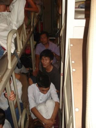 Vietnamitas no chão. Não fotografei mais por constrangimento