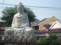 Buda no Templo Tan Xuan um dos muitos e bonitos templos onde vimos várias pessoas juntas em cânticos