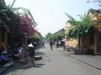 As ruas típicas de Hoi An: casas amarelas, lanternas, flores