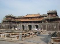 Portão Ngo Mon que deve ter sido magnífico e está sendo restaurado. A parte de cima é um pavilhão chamado de Cinco Fênix e era onde ficava o imperador nas ocasiões de estado