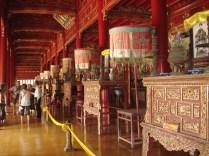 O Mieu por dentro com os altares para honrar os imperadores. É lindo e ficavam em cima de pedestais de ouro. Tirei a foto escondida.