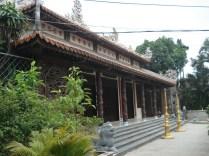 Tu Dam Pagoda, fundada no século 17, é o centro de suporte budista. Foi um bastião da resistência quando da perseguição dos budistas.