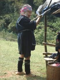 Senhorinha da minoria. Reparem as meias feitas de couro para esquentar as pernas