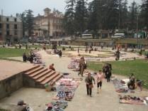 Feira na praça central onde vendem seus artesanatos