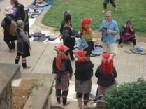 Red Hmongs de costas com os enfeites de cabeça diferentes