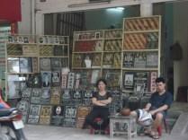 Hang Man Street ou Rua do Peixe Pickles cheia de lojas que vendem lápides
