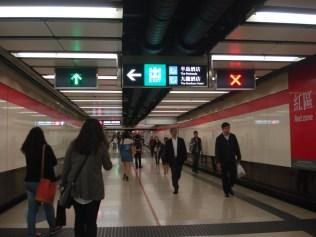 No metro tem o lado para ir e o lado para vir sinalizado com essa seta e o x. E as escadas rolantes e os bloqueios combinam certinho. Seguindo a seta tudo dá certo.
