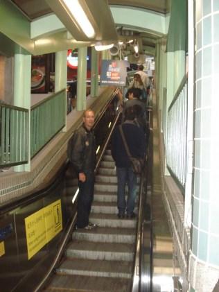 Essa escada rolante tem 800 metros e serve para subir as ruas do Soho. É a maior escada rolante coberta do mundo e demora 20 minutos para subir