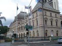 Parliament House em estilo renascentista francês adaptado ao clima da Austrália. Ainda é usado.
