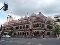 The Mansions – são três andares de casas em tijolo vermelho com arcos de cor mais clara. Tem um gato no teto em cada ponta