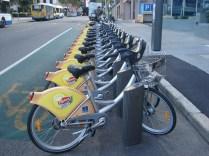 Essas bicicletas tem por toda a cidade. Igual a do Itaú só que em quase todos os lugares