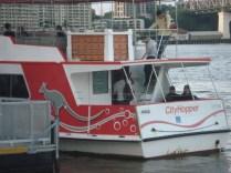 Esse é o City Hopper, o barco gratuito que fica fazendo o passeio do Rio Brisbane o dia todo e a noite também. Muitos locais pegam apenas para cruzar o rio.