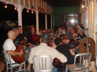 Toda terça feira esse pessoal irlandês se reúne no bar do hostel para tocar música da terrinha deles. Ficamos assistindo até tarde e estava ótimo. Todos tocam de tudo.