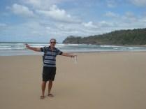 Carlos, único vestido, na praia de naturismo: Alexandria Bay