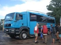 Ônibus que leva a gente pela ilha. Como os caminhos são de areia são caminhões preparados