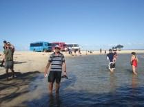 Uma pisadinha no mar com os vários ônibus turísticos atrás