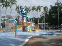Parecem que os playgrounds deles são muitos melhores. O balde em cima enche e depois vira em cima da criançada.