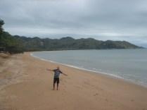 Praia sem fim, em formato de ferradura, mas não podemos entrar no mar