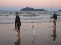 Enquanto esperávamos a lua vimos os pescadores