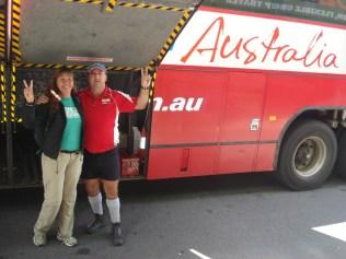 O ônibus e o motorista. Eles se vestem sempre assim e sempre são pessoas de mais idade. Sempre simpáticos e agradáveis.