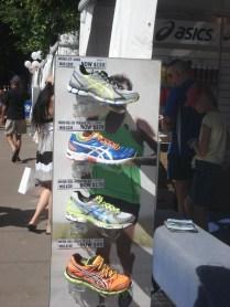 Venda de tênis, reparem os preços. Quis chorar