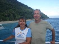 Casal feliz, Fitzroy Island ao fundo