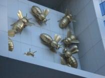 E esse é um dos detalhes na parte de baixo do edifício que a Heather apontou para nós