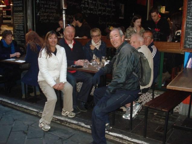 Nós, nossa guia e o três galeses tomando o café no break da caminhada