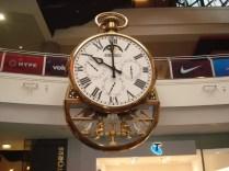 A Heather também nos avisou que toda hora cheia, esse relógio na estação central de Melbourne dava um show