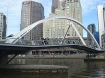 Southbank Pedestrian Bridge – feita no mesmo trajeto que um pequeno rio antes corria