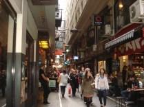 Uma das vielas que caracterizam Melbourne, cheia de vielas com grafites, cafés, restaurantes, lojinhas variadas. É a marca da cidade