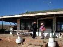 Carlos e Camille em frente à sede da Dream Mine