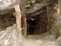 Os mineiros andavam nesses corredores levando as tochas, as ferramentas e devido às explosões o ar era terrível
