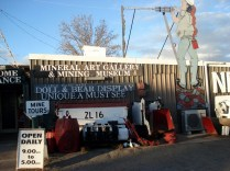 White´s Mineral Art and Living Museum - O proprietário, White, antigo mineiro, transformou a casa dele em uma réplica do interior de uma mina.