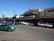 Vista da rua da cidade com seus prédios muito típicos