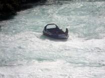 Passeio de barco a jato que chega bem perto da cachoeira