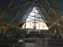 Igreja por dentro. Uma das poucas que não fica em uma praça.