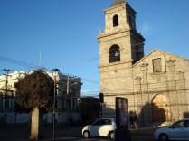 A famosa igreja de São Francisco de 1585 e o único prédio que sobreviveu ao incêndio começado pelo pirata Sharp