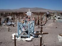 Cemitério abandonado e que alguém anda visitando