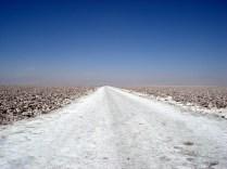 Estrada de sal no meio do Salar