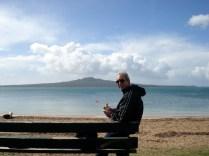 Carlos em frente ao Mt. Rangatoto comendo o famoso sanduiche