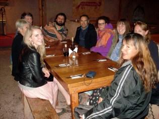 Na ponta da mesa o guia Leonardo, sentido horário Leonardo o motorista, alemã, duas ingleses, eu, outra inglesa e Phil e Ann