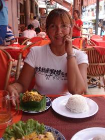 No nosso restaurante favorito comendo Amok de peixe na folha de bananeira, uma especialidade da culinária Khmer