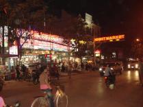 Mercado noturno cheio de lenços de seda e algodão, redes e roupas. Artesanato local de pinturas e esculturas.