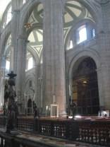 Foi construída sobre os escombros de um templo asteca adjacente ao Templo Mayor