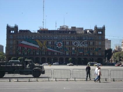 """A Praça de Constituição é a principal praça da Cidade do México, informalmente conhecida como """"el Zócalo"""""""