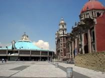 Basílica por fora rodeada por várias outras igrejas