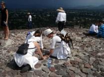 E não é que encontramos três brasileiras fazendo macumba no alto da pirâmide