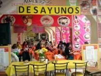 Almoçamos nesse gourmet center no mercado