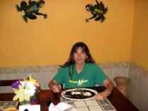 E fui comer o famoso mole. A aparência não ajuda e é meio doce